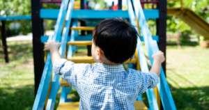 Un niño juega en el columpio