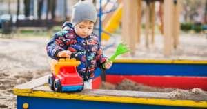 Niño juega en el parque