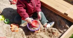 Un niño juega en el parque